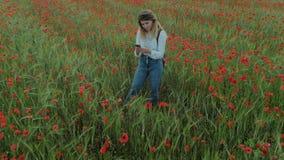 Giovane donna femminile di blogger nel giacimento di fiore archivi video