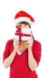 Giovane donna festiva che tiene un regalo Fotografia Stock Libera da Diritti