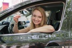 Giovane donna fiera sorridente che visualizza la sua autorizzazione Immagine Stock Libera da Diritti