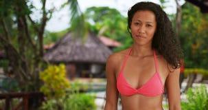 Giovane donna filippina che sorride alla macchina fotografica Immagine Stock