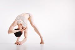 Giovane donna Flexile che dimostra la sua flessibilità nello studio Immagini Stock Libere da Diritti