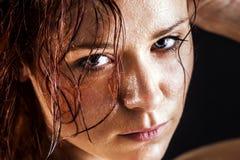 Giovane donna fresca e bagnata Immagini Stock