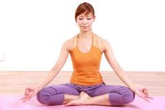 Giovane donna giapponese che fa meditazione Fotografia Stock Libera da Diritti