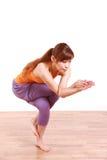 Giovane donna giapponese che fa posa dell'aquila di YOGA Immagine Stock
