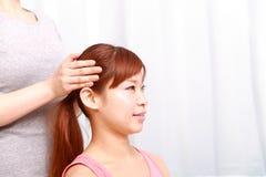 Giovane donna giapponese che ottiene un massaggio capo Fotografie Stock