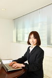 Giovane donna giapponese di affari con computer  Fotografia Stock