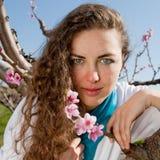 Giovane donna in giardino Immagini Stock Libere da Diritti