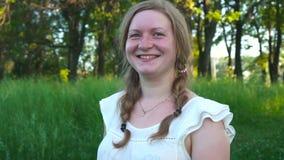 Giovane donna 20 Goda della natura Ragazza sorridente in buona salute in foresta verde archivi video