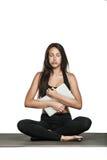 Giovane donna gommata con il computer portatile dopo l'allenamento Fotografie Stock Libere da Diritti