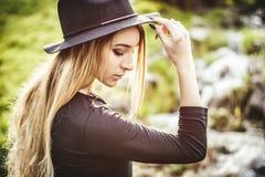 Giovane donna graziosa all'aperto in parco Fotografia Stock Libera da Diritti