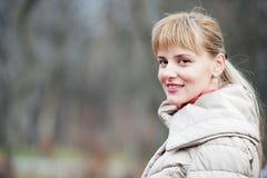 Giovane donna graziosa alla sosta di autunno. Immagini Stock Libere da Diritti