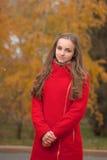 Giovane donna graziosa alla sosta di autunno Fotografie Stock