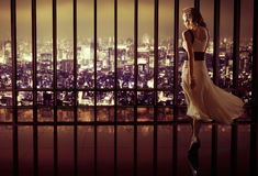 Giovane donna graziosa in appartamento di lusso Immagini Stock