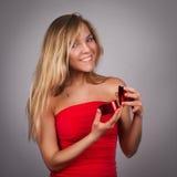 Giovane donna graziosa bionda con il biglietto di S. Valentino presente in mani in re fotografia stock libera da diritti