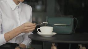 Giovane donna graziosa in caffè della via con la tazza video d archivio