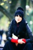 Giovane donna graziosa in cappello alla sosta di autunno. Fotografia Stock