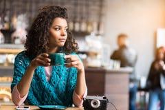 Giovane donna graziosa che aspetta qualcuno in caffè Fotografie Stock