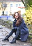 Giovane donna graziosa che cammina in Autumn Park Relax Coat Immagini Stock Libere da Diritti