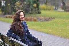 Giovane donna graziosa che cammina in Autumn Park Relax Coat Immagini Stock