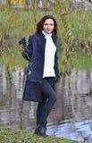 Giovane donna graziosa che cammina in Autumn Park Relax Coat Fotografia Stock Libera da Diritti