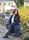 Giovane donna graziosa che cammina in Autumn Park Relax Coat Fotografie Stock