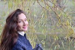 Giovane donna graziosa che cammina in Autumn Park Relax Coat Fotografie Stock Libere da Diritti