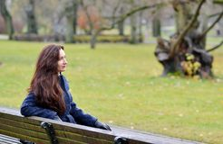 Giovane donna graziosa che cammina in Autumn Park Relax Coat Fotografia Stock