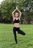 Giovane donna graziosa che fa gli esercizi di yoga Immagine Stock Libera da Diritti