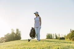 Giovane donna graziosa che gioca golf Immagine Stock Libera da Diritti