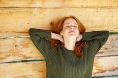 Giovane donna graziosa che gode di un allungamento calmo Immagine Stock