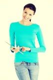 Giovane donna graziosa che lavora al calcolatore del ridurre in pani Fotografie Stock Libere da Diritti