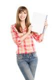 Giovane donna graziosa che mostra strato vuoto del blocco note Fotografie Stock Libere da Diritti