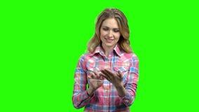 Giovane donna graziosa che per mezzo della compressa digitale di vetro video d archivio