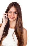 Giovane donna graziosa che per mezzo di un telefono mobile Fotografia Stock Libera da Diritti