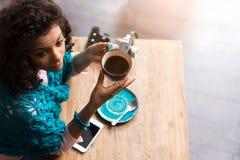 Giovane donna graziosa che si rilassa bevanda calda in self-service Immagini Stock Libere da Diritti