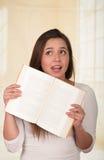 Giovane donna graziosa che tiene un libro aperto Immagini Stock Libere da Diritti
