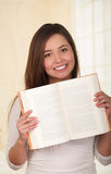 Giovane donna graziosa che tiene un libro aperto Fotografia Stock Libera da Diritti