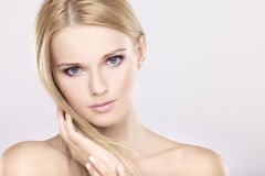 Giovane donna graziosa con i bei capelli biondi Fotografie Stock