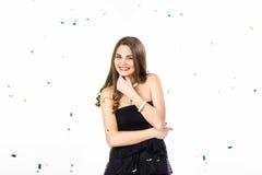 Giovane donna graziosa con i sorrisi dei coriandoli immagine stock libera da diritti