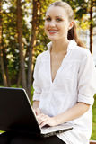 Giovane donna graziosa con il computer portatile Fotografia Stock