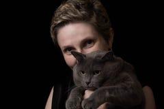Giovane donna graziosa con il suo gatto immagine stock