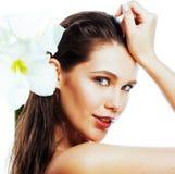 Giovane donna graziosa con la fine del fiore di Amarilis su isolata su bianco immagine stock libera da diritti