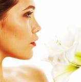 Giovane donna graziosa con la fine del fiore di Amarilis su isolata su wh Immagini Stock Libere da Diritti