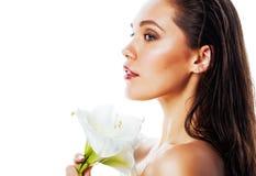 Giovane donna graziosa con la fine del fiore di Amarilis su isolata su wh Fotografia Stock Libera da Diritti