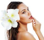 Giovane donna graziosa con la fine del fiore di Amarilis su isolata su wh immagine stock libera da diritti