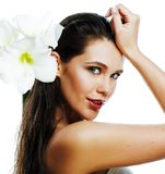 Giovane donna graziosa con la fine del fiore di Amarilis su isolata su wh fotografia stock