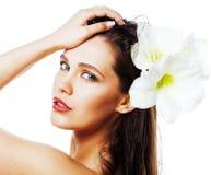 Giovane donna graziosa con la fine del fiore di Amarilis su isolata su wh immagine stock