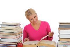 Giovane donna graziosa con la lettura e lo studio dei libri Immagine Stock