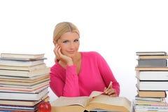 Giovane donna graziosa con la lettura e lo studio dei libri Fotografia Stock