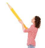giovane donna graziosa con la matita gialla enorme Fotografia Stock Libera da Diritti